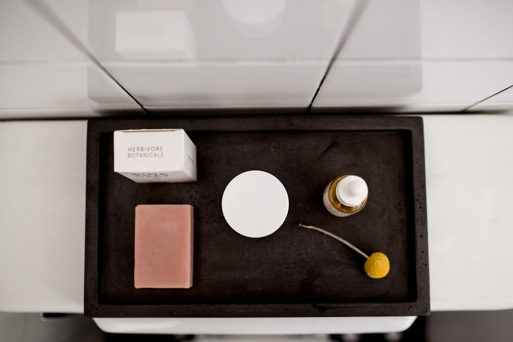 Современный скандинавский интерьер: белая плитка в ванной