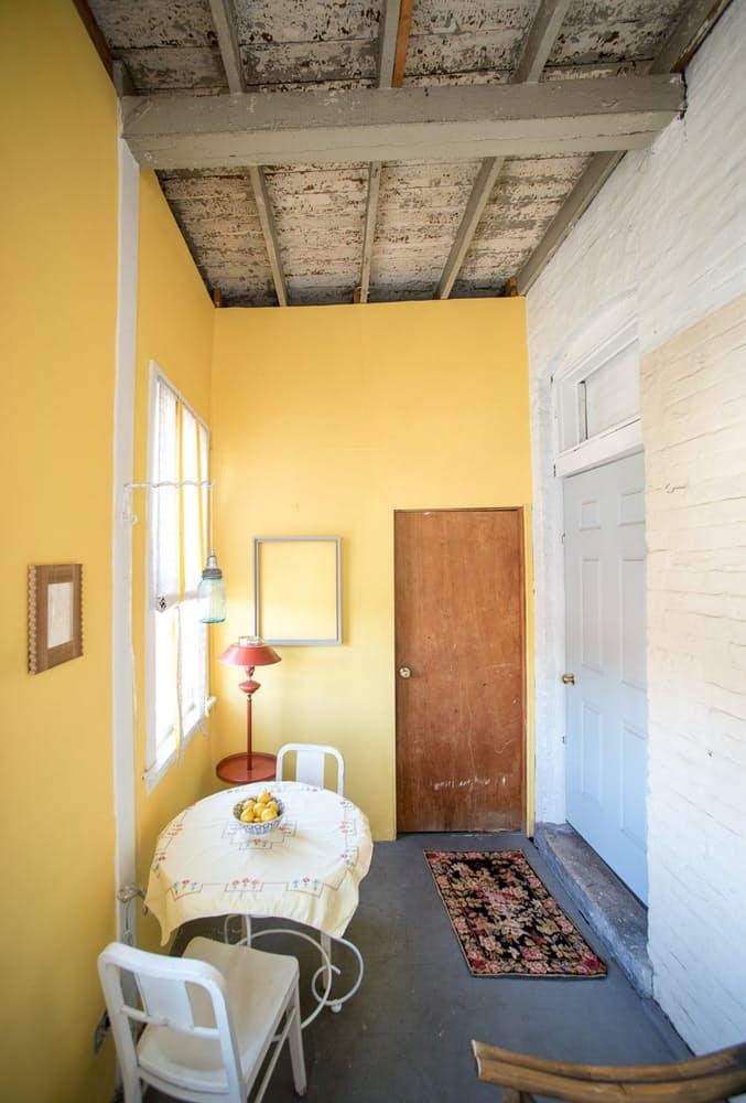 Современный скандинавский интерьер: деревянный потолок