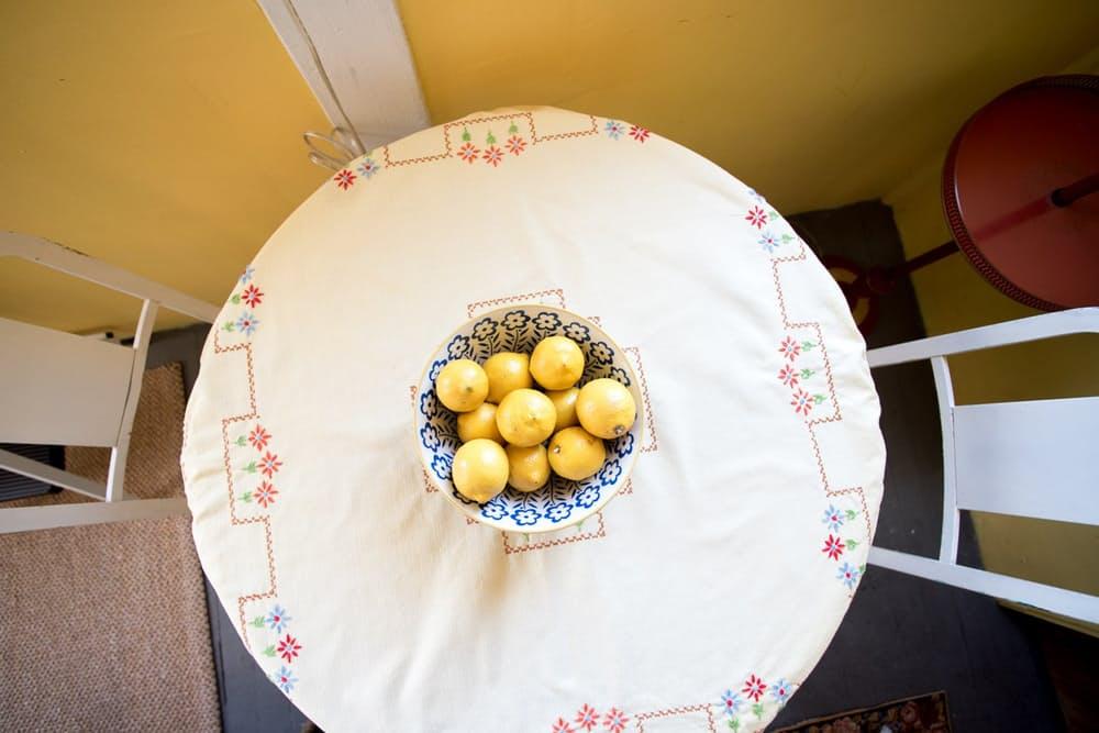 Современный скандинавский интерьер: круглый столик