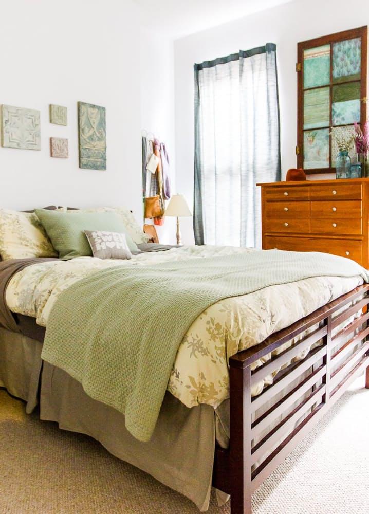 Современный скандинавский интерьер: большая двуспальная кровать