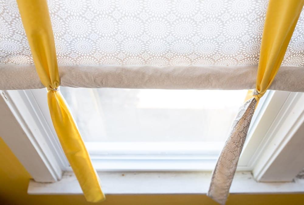 Современный скандинавский интерьер: бело-жёлтые занавески