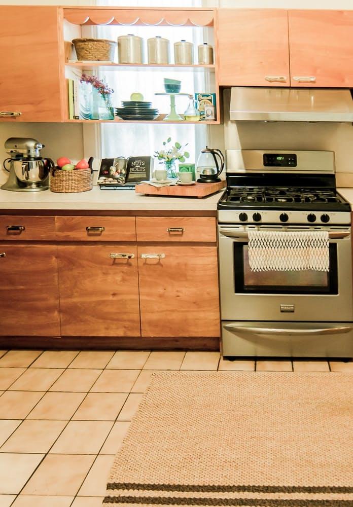 Современный скандинавский интерьер: бежевая плитка на кухне