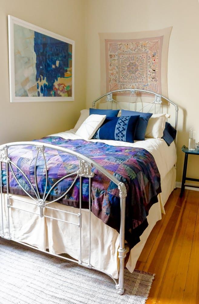 Современный скандинавский интерьер: металлическая кровать