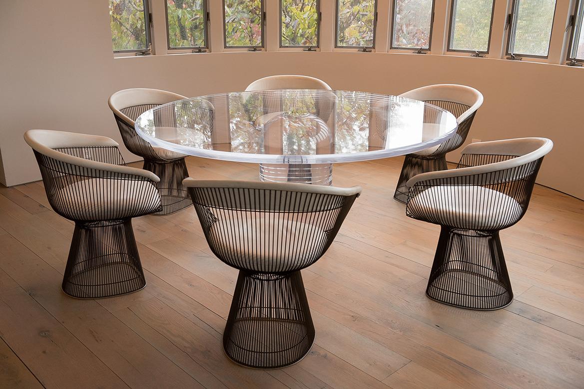 Современные дизайнерские стулья подходят к любому интерьеру