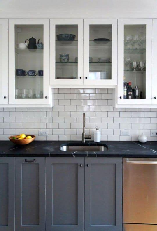 Современные элементы декора: белая плитка на кухне