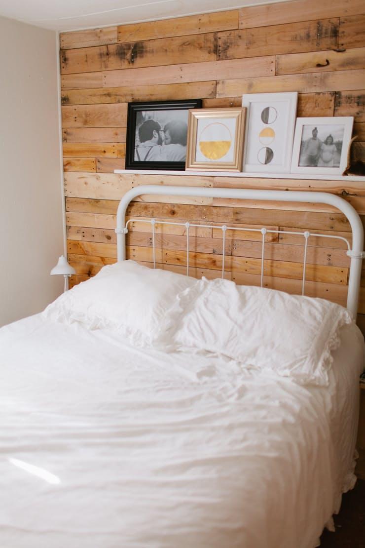Современные элементы декора: деревянная отделка стены