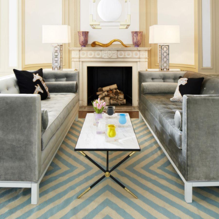 Современные журнальные столики, фото двух серых диванов