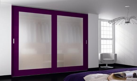 Встроенный фиолетовый шкаф-купе в интерьере