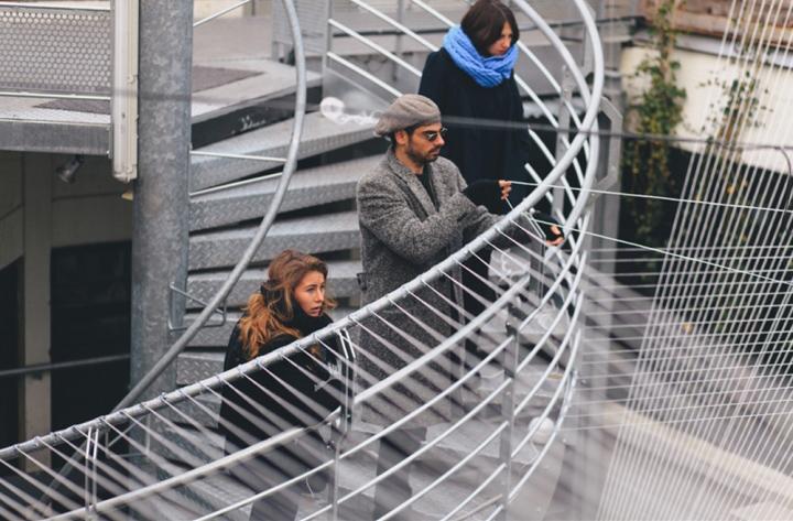 Посетители инсталляции в LePerchoir в Париже