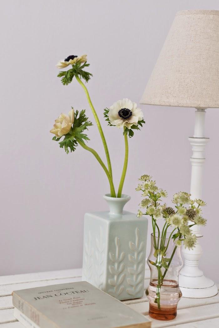 Цветы в керамической вазе в интерьере