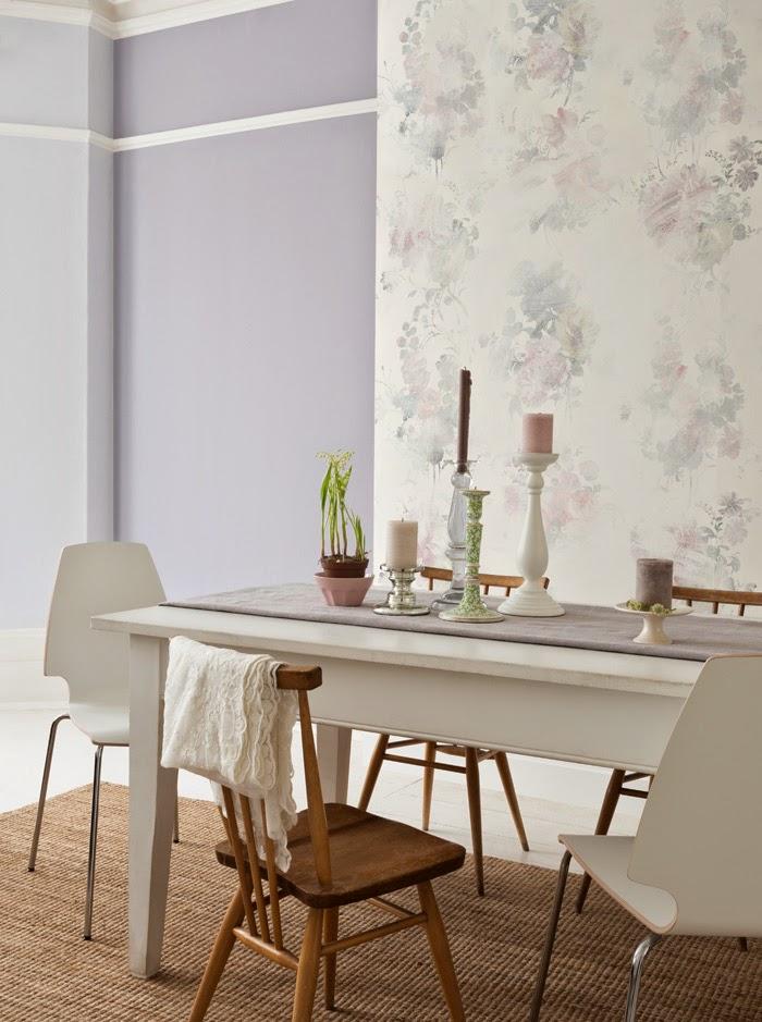 Белый стол и стулья в интерьере