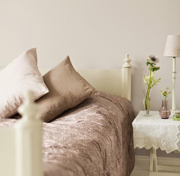 Коричневое постельное белье и подушки в интерьере
