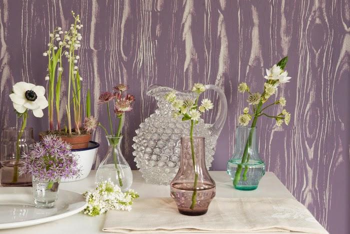 Узоры на фиолетовой стене в интерьере