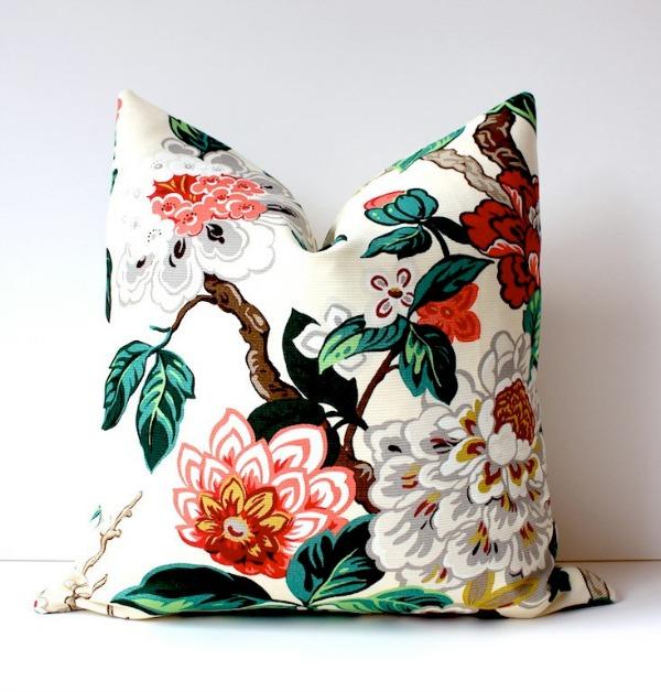 Яркая подушка как элемент дизайна интерьера