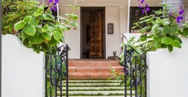 Маленькие ворота и дорожка к дому