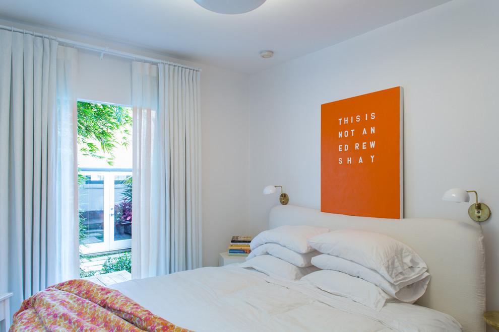 Спальня в белом цвете с оранжевыми акцентами