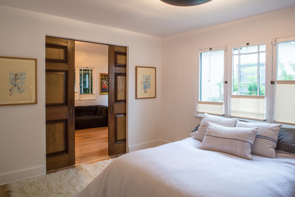 Раздвижные деревянные двери в спальне