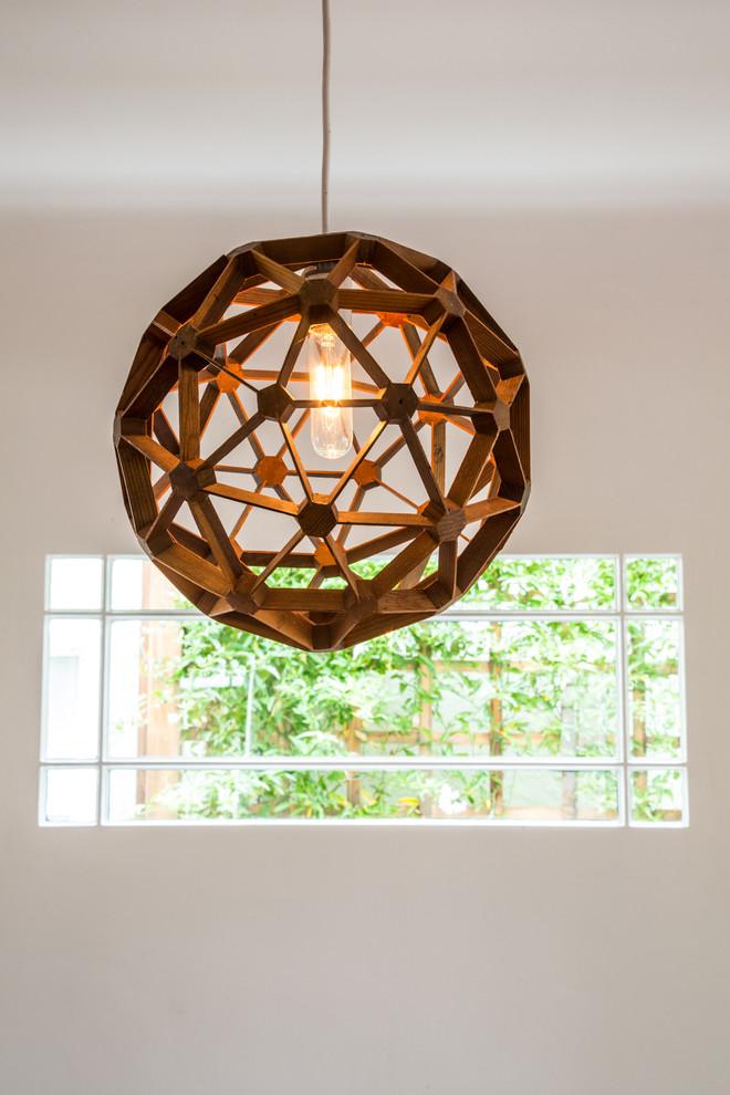 Необычный светильник с круглым деревянным абажуром