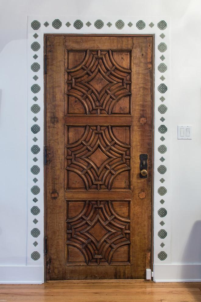 Входная деревянная дверь с резным орнаментом