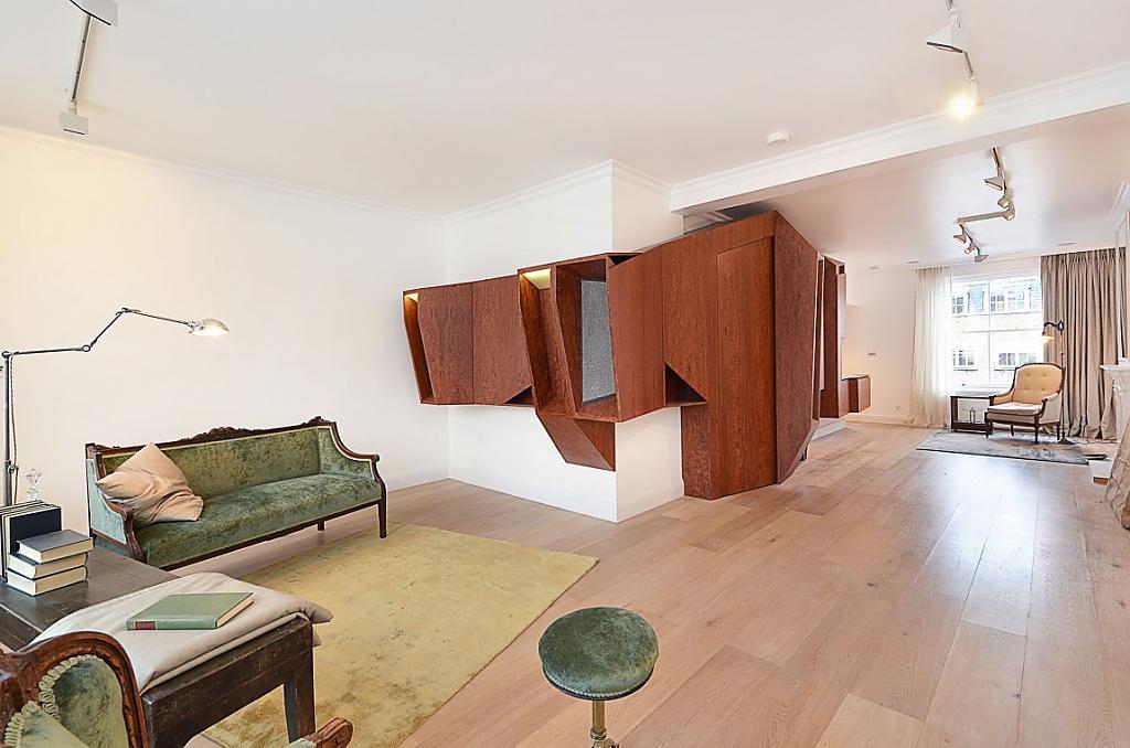 Гостиная с противоречивым характером в дизайне интерьера