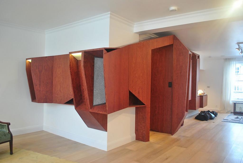 Странная композиция из деревянного шпона на стене гостиной