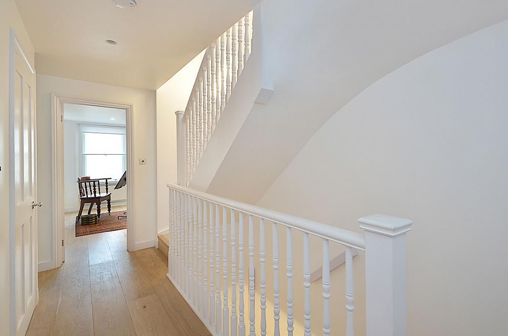 И снова противоречие - великолепная воздушная лестница между этажами