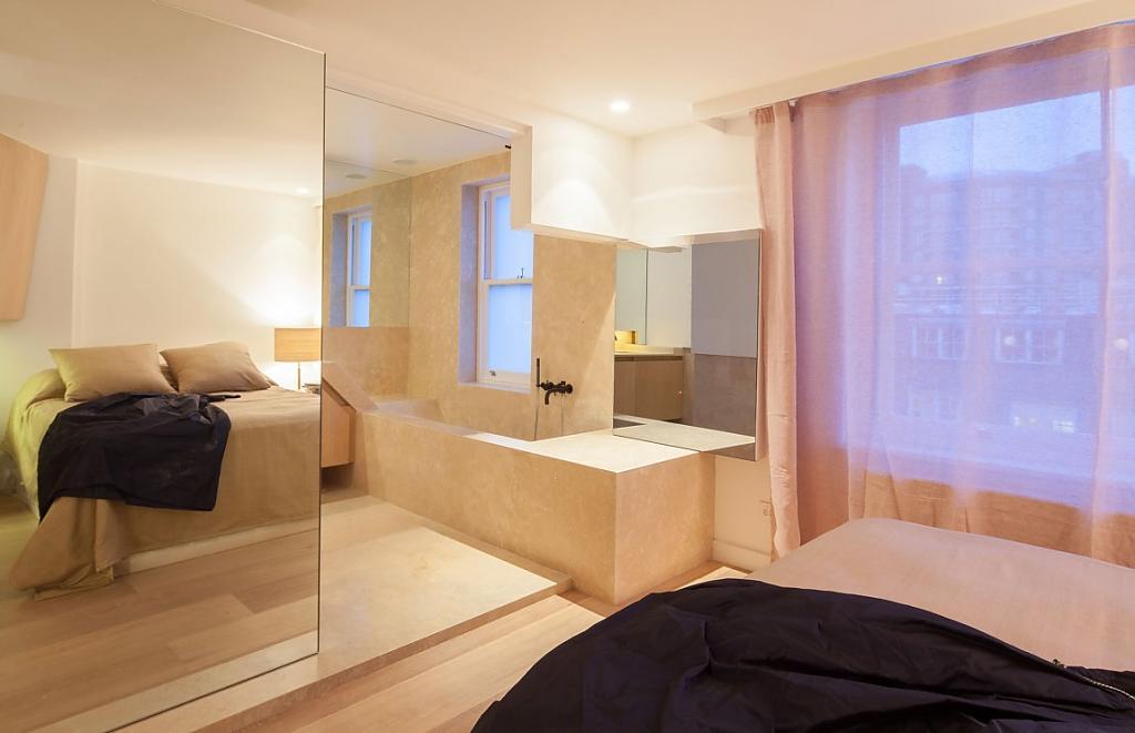 Между этими изломанными пространствами вход в ванную почти не заметен