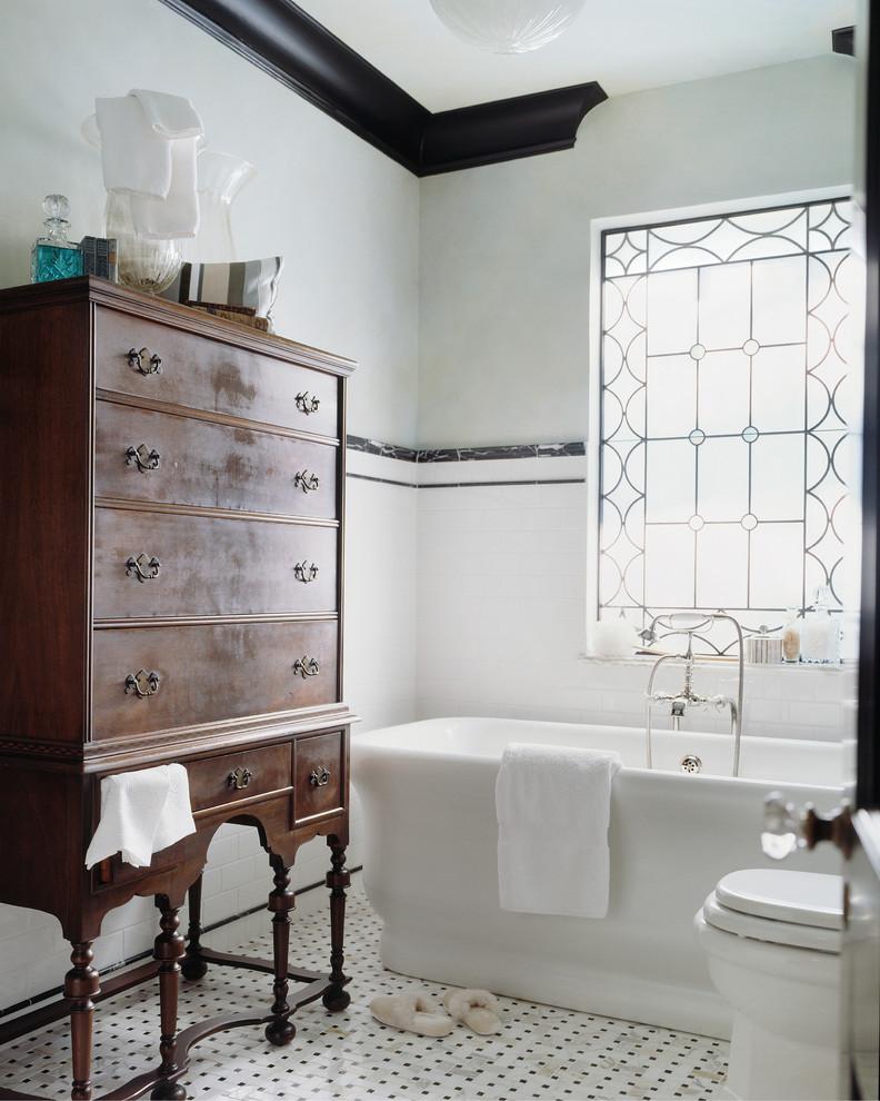 Старинный сервант в интерьере ванной