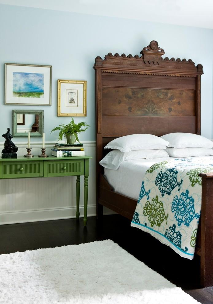 Деревянная мебель в интерьере спальной комнаты