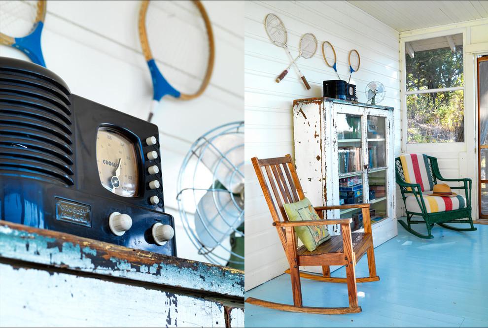 Старинный кресла-качалки и магнитофон в интерьере