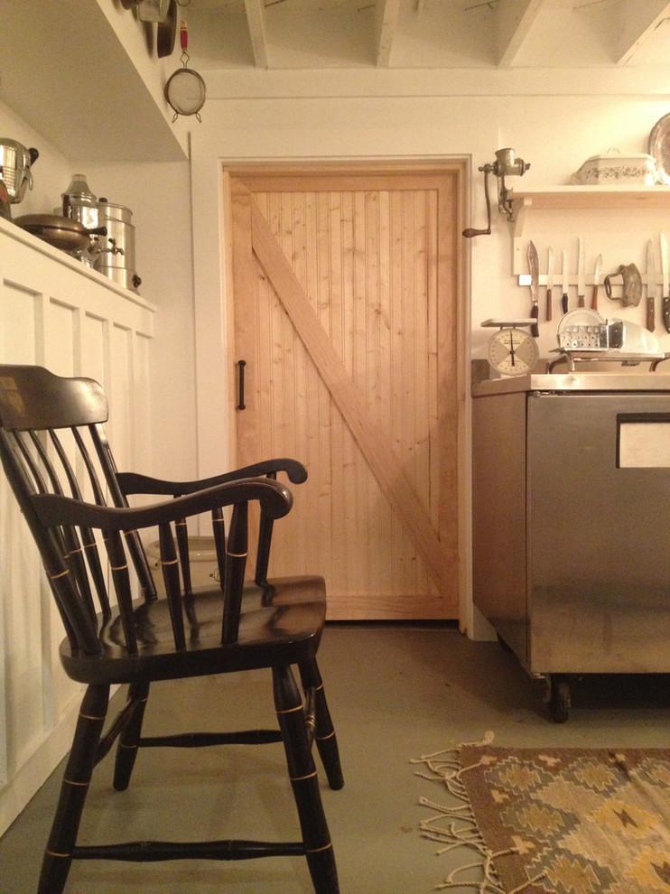 Деревянный стул в интерьере кухни