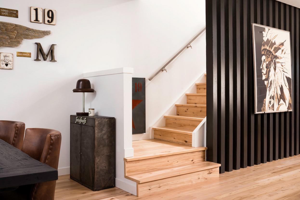 Черная перегородка комнаты от лестницы