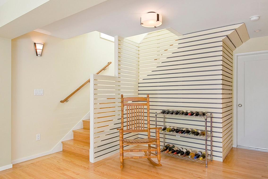Белая перегородка комнаты от лестницы
