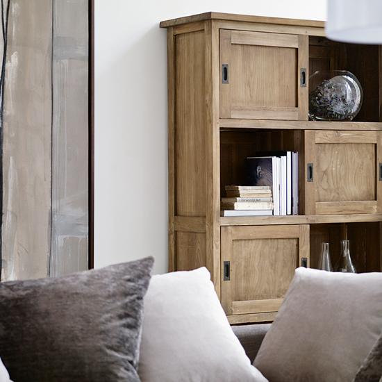 Светлый деревянный стеллаж в интерьере гостиной