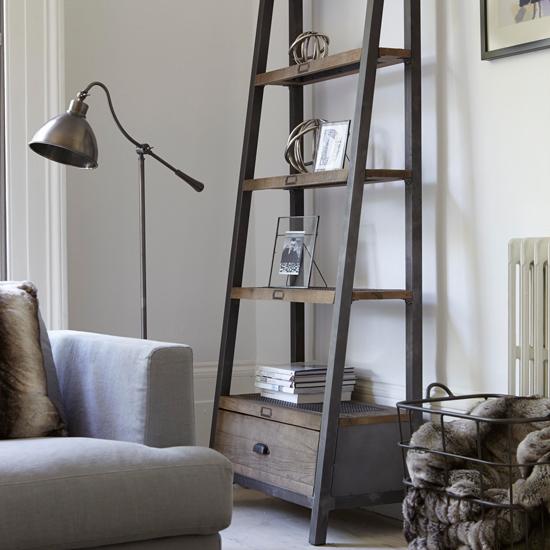 Стеллаж в виде лестницы в интерьере гостиной