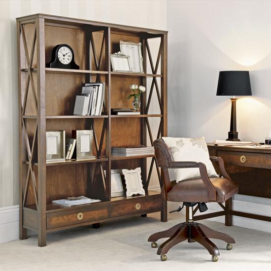 Дизайн деревянного стеллажа с оригинальными боковыми стенками