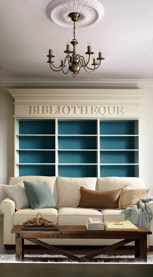 Синяя стена за открытыми полками в библиотеке