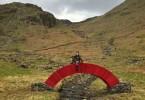 Стив Мэссам: красный мост из спрессованной бумаги на фоне английского ландшафта