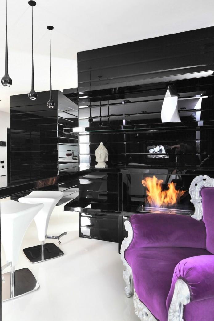 Ярко-фиолетовое кресло в интерьере