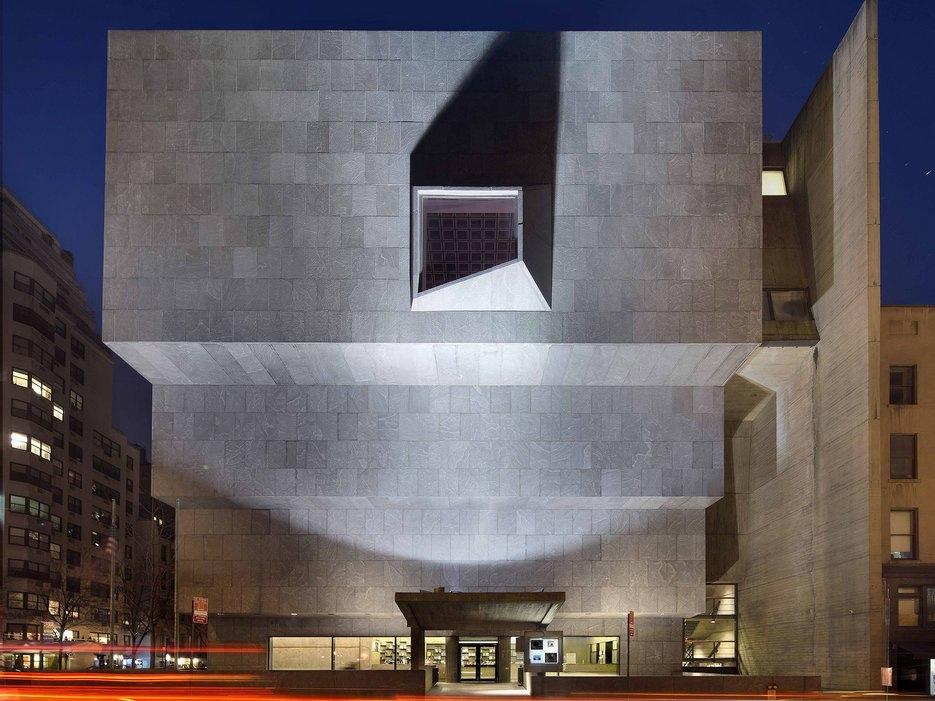 Брутализм в архитектуре - Breuer Building с фасадом в виде ступеней