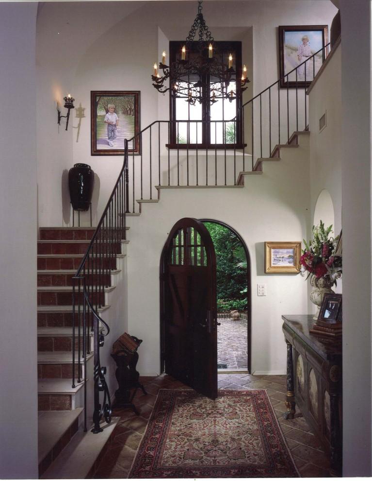 Прихожая в испанском стиле от Summerour Architects