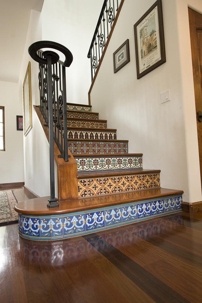 Лестница с узором на ступеньках