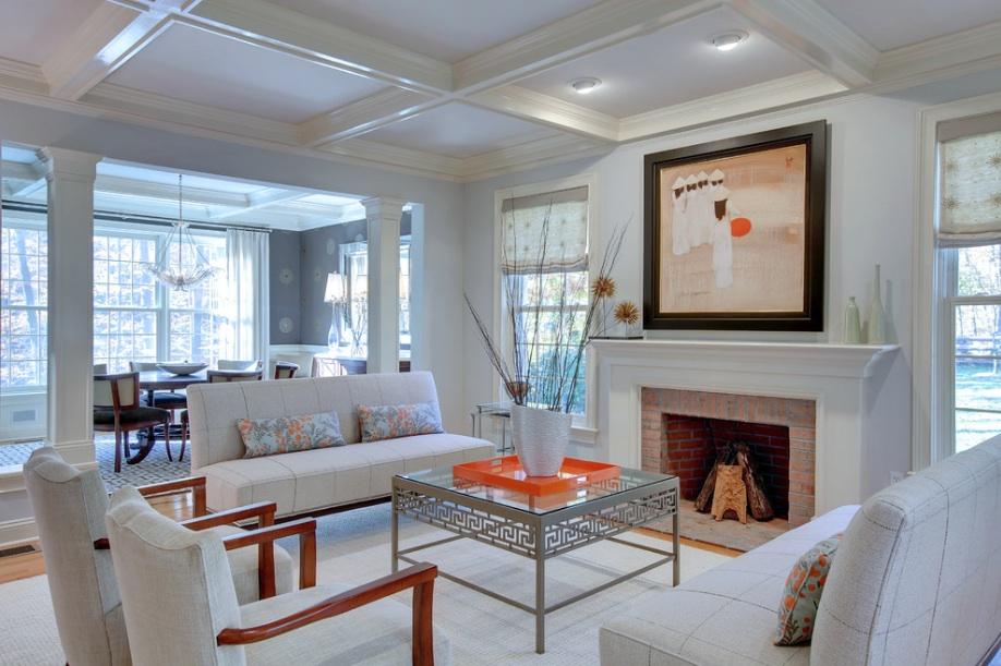 Белая мягкая мебель в интерьере гостиной в стиле контемпорари