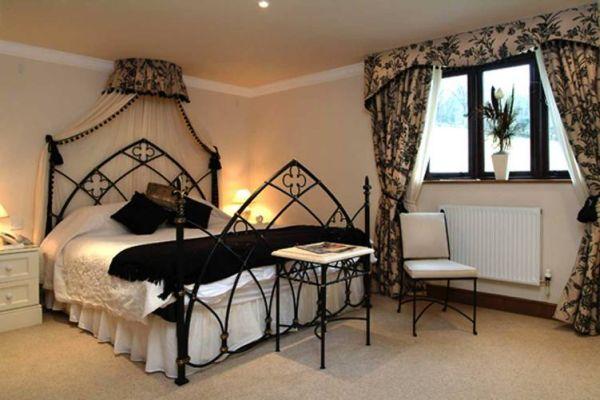 Интересное оформление интерьер спальной комнаты