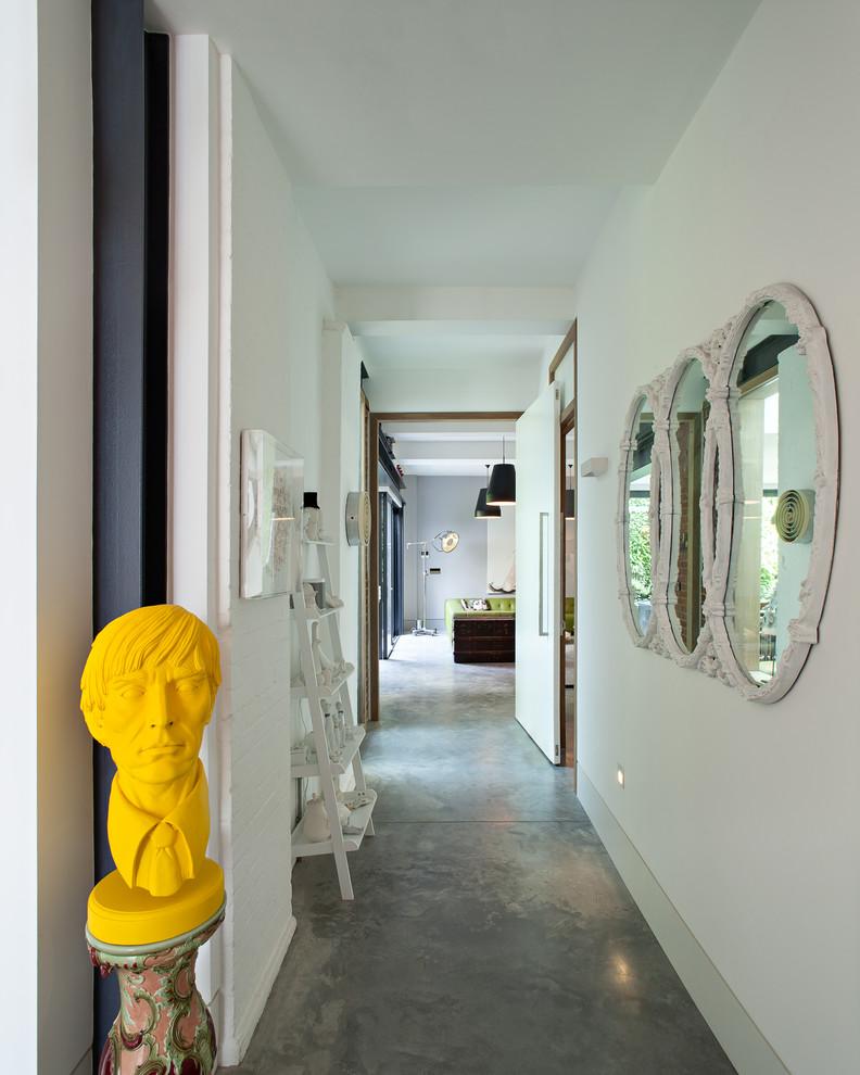 Жёлтая скульптура в коридоре