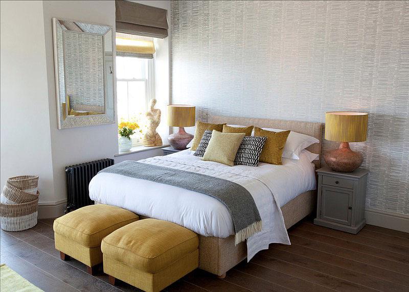 Жёлтые банкетки в интерьере спальни