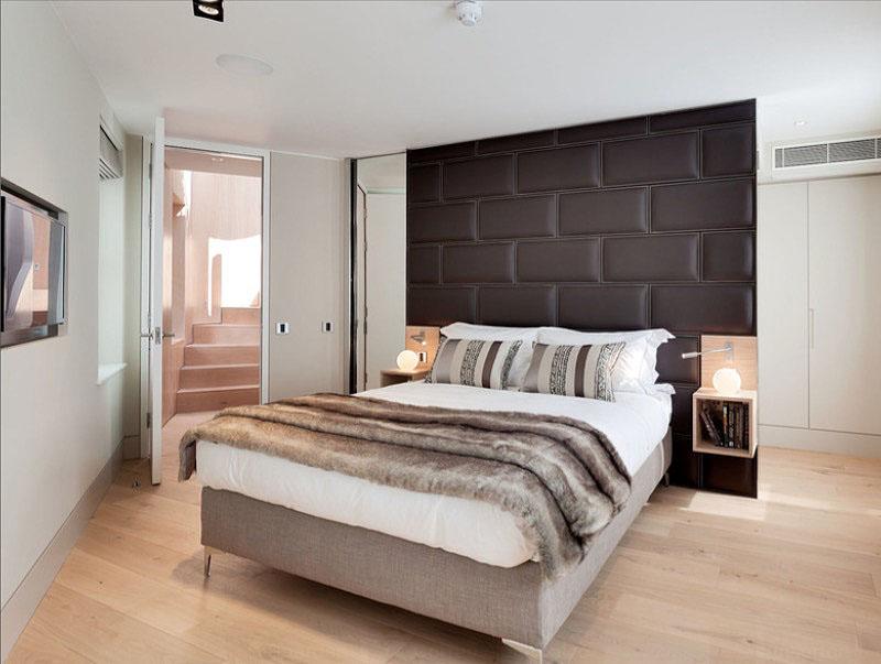 Спокойный интерьер комнаты в бело-коричневом цвете