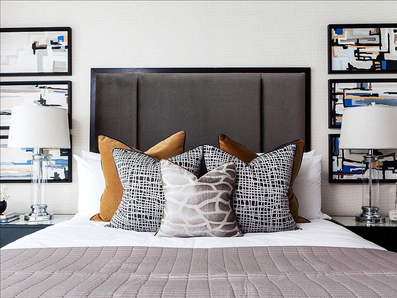Оригинальный узор на подушках в интерьере спальни