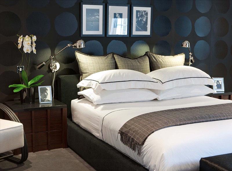 Чёрная стена в строгом интерьере спальни