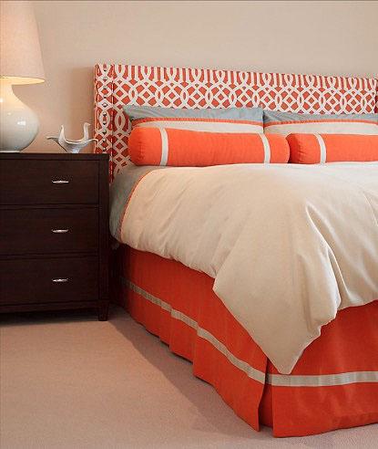 Необычный узор изголовья кровати в оранжевом цвете